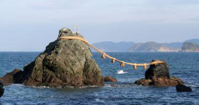 Скалы Мэото Ива — религиозный символ супружества в Японии