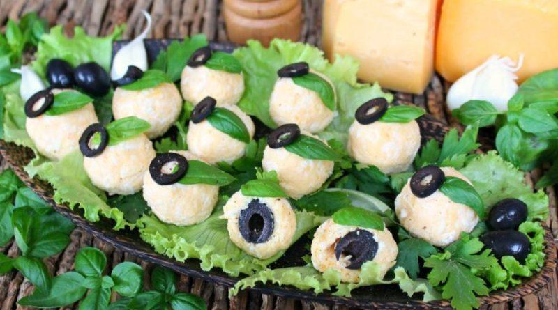 Сырные шарики с чесноком и маслинами