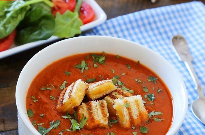 Томатно-базиликовый суп с сырными гренками