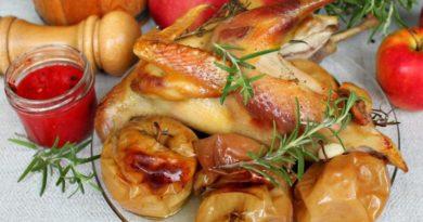Цыпленок с чесноком и яблоками в духовке