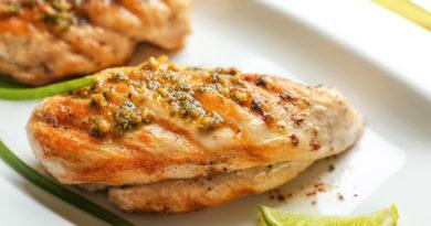 Жареная куриная грудка с травяным маслом
