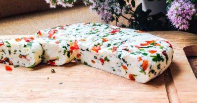 Ароматный домашний сыр с красным перцем и зеленью