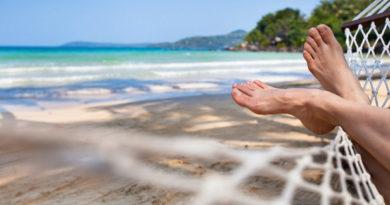 Способы уберечь телефон и деньги во время отдыха на пляже