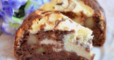 Пирог с яблоками и творожной начинкой.