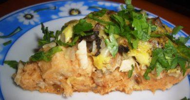 Хлебный пирог с куриным филе и грибами