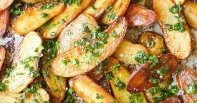 Картофельные дольки с травами и чесноком