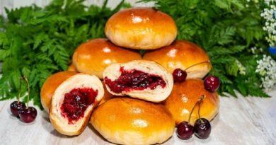 Сдобные дрожжевые пирожки с вишней в духовке