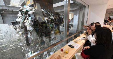 Японский бар и гора отходов за окном