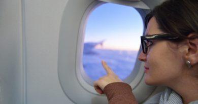 Почему во время взлета и посадки пассажиров просят поднять шторки иллюминаторов