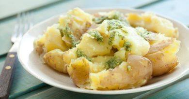 Молодая картошка с чесночным соусом