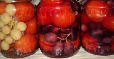 Пикантные маринованные помидоры с виноградом