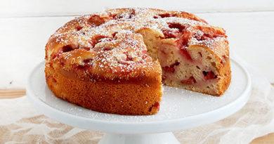 Пирог со сливочным сыром и клубникой