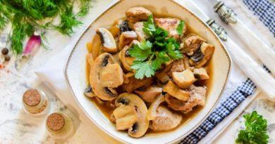 Свиная вырезка с грибами и луком