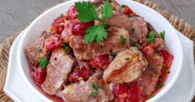 Мясо, запечённое с вишней, в духовке