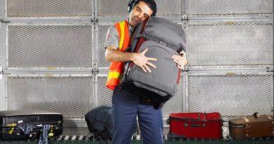 Грузчик аэропорта назвал причину, по которой повреждается багаж