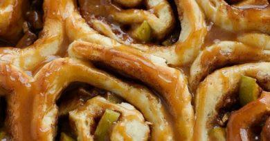Синнабоны с яблоками и карамелью