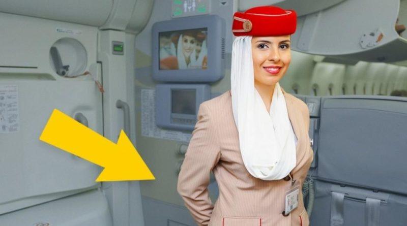 Почему стюардессы держат руки за спиной, встречая пассажиров в самолете