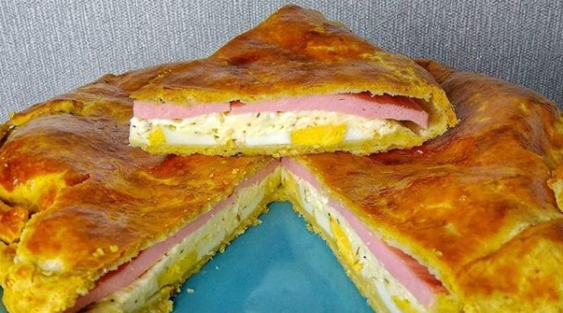 Пирог с плавлеными сырками, яйцами и колбасой