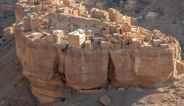Удивительная древняя деревня, построенная на огромном камне