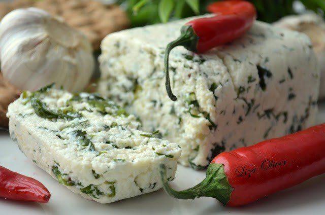 Ароматный домашний сыр с травами и зеленью