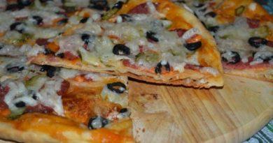 Пицца с сырокопченой колбасой и маслинами