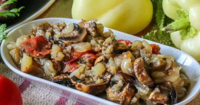 Салат из печеных овощей с грибами и чесночной заправкой