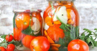 Маринованные помидоры с морковью и луком