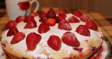 Быстрый пирог с клубникой за 20 минут