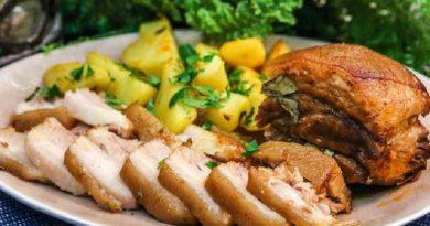 Вареная грудинка, запеченная с чесноком: и горячее блюдо, и холодная закуска