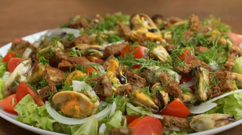 Необыкновенно вкусный салат с мидиями и овощами