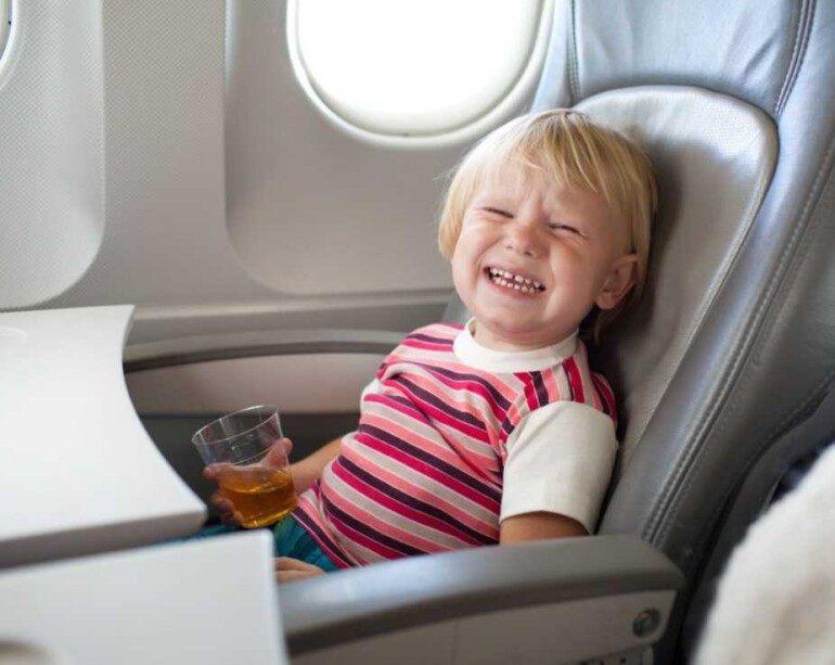 Когда нужно лететь с детьми, особенно если это длительный перелет, вопрос только один: как развлечь их, чтобы они не бегали вверх и вниз по узкому коридору и не устраивали истерики от скуки? Как развлечь ребенка в самолете Большинство авиакомпаний предлагают детям раскраски и маркеры — хороший способ занять их. Но, к сожалению, если перелет длительный, то этого хватит ненадолго. Чем занять ребенка во время длительного перелета На самом деле способов развлечь ребенка во время длительного перелета очень много. Малыши будут счастливы взять с собой в самолет любимую игрушку , она даже может помочь им уснуть. Также может помочь чтение сказок : лучше выбирать книги в мягкой обложке, их легко можно положить их в сумку. Чтобы отвлечь ребенка также можно использовать мультфильмы : загрузить его на ноутбук или планшет. Затем можно организовать небольшой ручной труд, если ребенок немного подрос: альбом с наклейками ,дневник путешествий, который нужно заполнить после возвращения из поездки. Отличные портативные игры для маленьких детей — стимулирующие игры и упражнения. Дети обожают игры, поэтому стоит установить на ноутбук или планшет несколько занимательных игр. Важно! Следует взять повербанк, чтобы проблем с выключенной техникой не было. В ручную кладь можно взять с собой цветные карандаши и листы для раскрашивания (лучше избегать маркеров, которые могут испачкать одежду и сиденья), книги, чтобы читать вместе, мягкие игрушки, чтобы играть с ними на опущенном столе. Как подготовиться к полету Чтобы ребенок не устраивал истерики и не скучал в самолете, его родители должны хорошо подготовиться к полету. Чем занять ребенка во время длительного перелета Для длительного перелета рекомендуется удобная одежда для детей и взрослых . Во время полета из-за неподвижности и тепловых изменений ноги могут опухать, поэтому правильная одежда имеет важное значение. Всегда нужно обувать удобную обувь, надевать хлопковые футболки, спортивные костюмы или толстовки, пижамы для ночных путешествий.