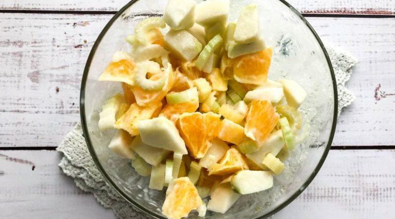 Легкий салат с заправкой из йогурта