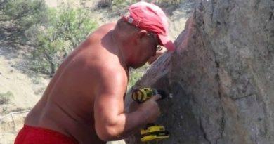 В Крыму турист самовольно «переименовал» скалу в честь себя
