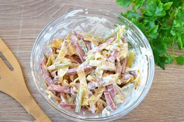 Салат с блинами и копченой колбасой