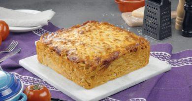 Простой пирог из макарон с курицей и сыром