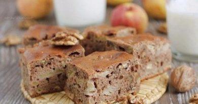 Шоколадный пирог с яблоками и грецкими орехами.