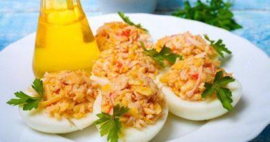 Яйца, фаршированные сыром и крабовыми палочками
