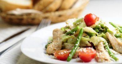 Теплый салат из курицы со стручковой фасолью