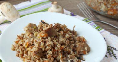 Рассыпчатая гречка с мясом и грибами