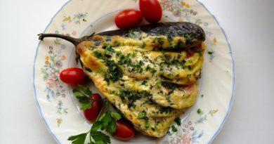 Веер из баклажанов, фаршированных овощами и сыром