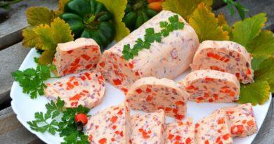 Праздничный рулет из лосося и свежих овощей