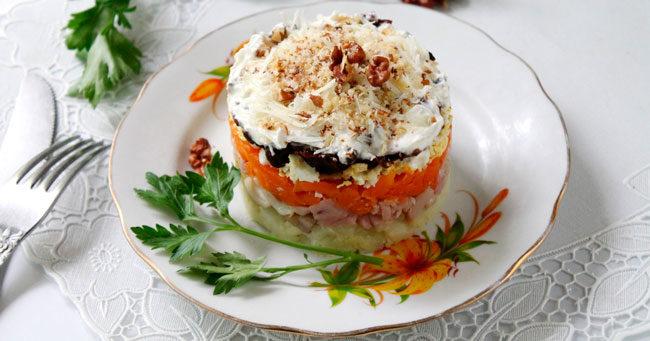 Салат с курицей ,грибами и черносливом