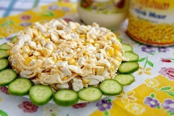 Салат с курицей и яичными блинчиками.