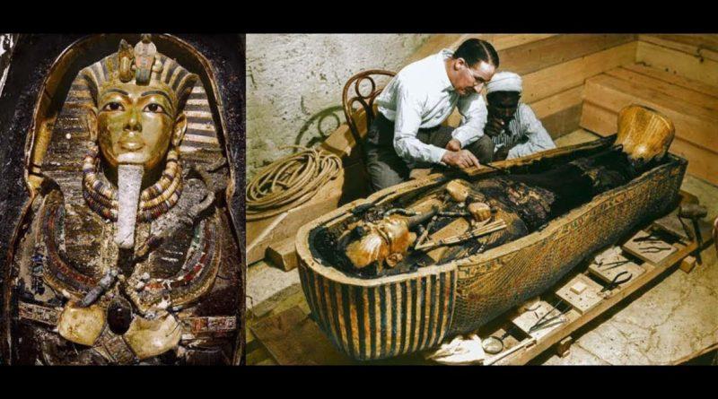 Находка гробницы Тутанхамона стала археологической находкой века. Ровно три тысячи лет усыпальница стояла неприкосновенной: ее не нашли расхитители гробниц, а конфликты истории обошли стороной. И вот 16 февраля 1923 года египтолог Говард Картер и археолог-любитель Джордж Карнарвон спустились в гробницу. Но жить им, как и прочим причастным к этому открытию, оставалось меньше года. Ребенок-правитель Молодой фараон Тутанхамон вступил на престол в нежном возрасте девяти лет и умер примерно в 18 лет. Десять лет правил Тутанхамон Египтом и успел за это время совершить множество видных дел, от покорения сирийских племен до умиротворения двух противоборствующих религий. Смерь его стала столь же загадочна, как и появление на свет: даже в те далекие времена люди очень редко умирали так рано. Загадка рождения Удивительно, но египтологи до сих пор не могут предоставить точного происхождения Тутанхамона. Существуют две версии: по одной отцом фараона был Эхнатон, по другой Сменхкар. Обе не выдерживают критики — радиоуглеродный анализ показал, что ДНК Тутанхамона не близка ни одной из групп. Таким образом, самый известный фараон Египта буквально появился из ниоткуда. Последний из королей Открытие истинной могилы Тутанхамона повергло археологов в шок. Гробница три тысячелетия стояла нетронутой, хотя все прочие захоронения в Долине Царей были давным-давно разграблены ворами. В 1922 году экспедиция британского аристократа Джорджа Эдварда Стэнхоупа Молине Герберта, пятого графа Карнарвона впервые подошла к запечатанным дверям гробницы Тутанхамона.