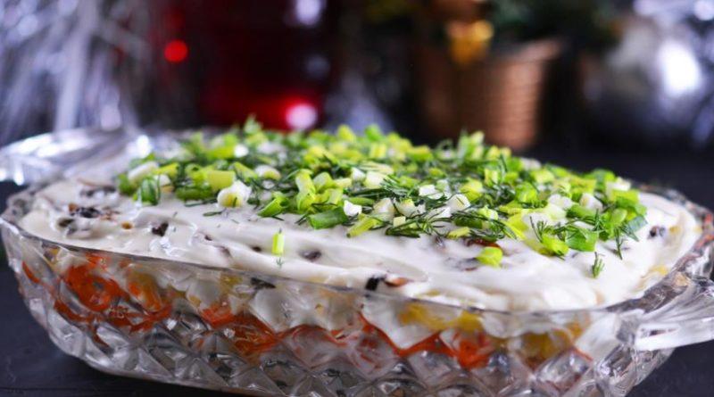 Слоёный салат с курицей, грибами и корейской морковью