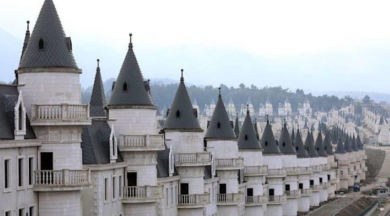 Тайна города, который состоит из 732 замков в стиле Диснейленда