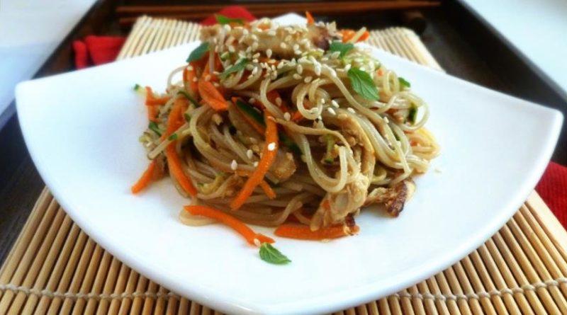 Азиатский салат с рисовой лапшой и курицей