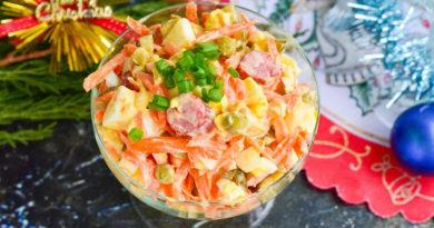 """Салат """"Дружеский"""" с соленым огурцом и копченой сосиской."""