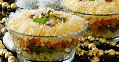 Салат с огурцами и жареными шампиньонами