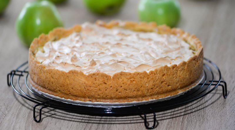 Песочный пирог с яблоками, творожной начинкой и меренгой